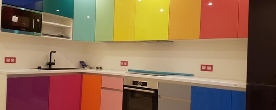 разноцветные фасады на кухне из пластика arpa