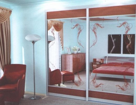 Шкаф купе с ротангом и крашеным пескоструйным рисунком на зеркале