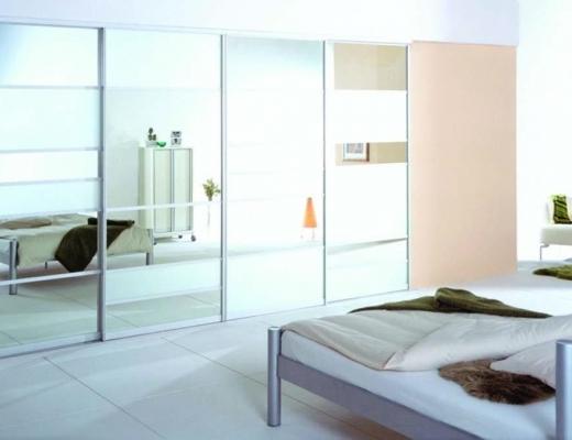 Шкаф купе зеркало серебро с горизонтальными вставками.