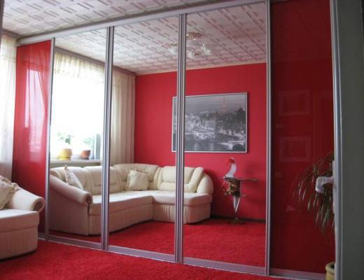 Шкаф купе зеркало серебро в сочетании с крашеным стеклом