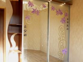 Шкаф купе с витражным цветным рисунком на зеркале
